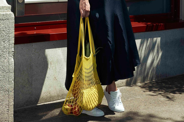 76de33f52b Η τσάντα – δίχτυ είναι το απόλυτο trend αυτό το καλοκαίρι. Δειλά δειλά  ξεκίνησε εδώ και ένα χρόνο όμως φέτος μαζί τις ψάθινες τσάντες μοιράζεται το  θρόνο ...